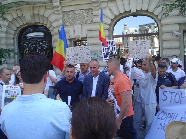 Imagini video și foto de la protestul de la București, de susținere a FAMILIEI BARBU ȘI A CELORLALTE aflate în aceeașisituație