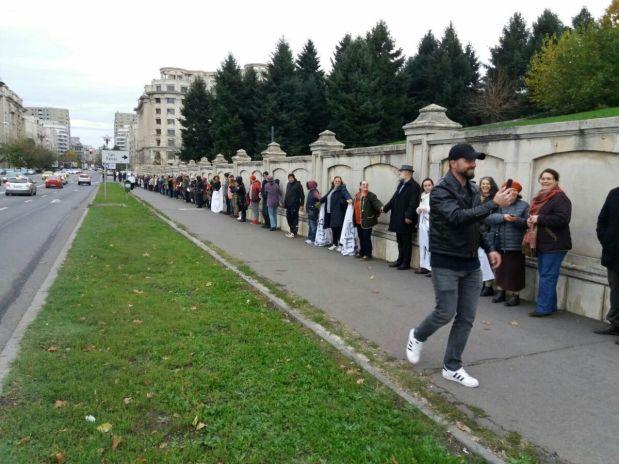 Protestul și LANȚUL UMAN din jurul Parlamentului împotriva Legii Vaccinării obligatorii (Video –foto)