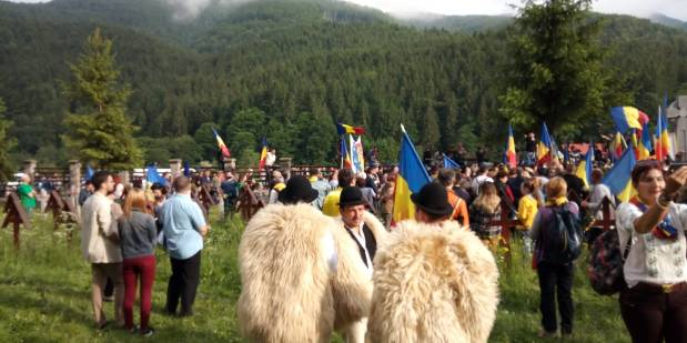 VIDEO – Mai mult de 2000 de români au forțat intrarea în cimitirul eroilor de la Valea Uzului apărat de jandarmi și un cordon uman format dinmaghiari