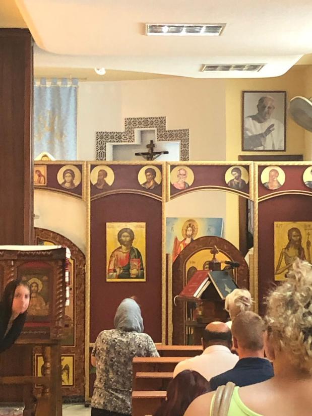 """Ecumenism – Tabloul ereziarhului papă Francisc tronează deasupra unui altar ortodox în Spania, iar în fața bisericii Schitul Măgureanu din București credincioșii sunt întâmpinați de statuia """"sfântului"""" papă Ioan Paul alII-lea"""