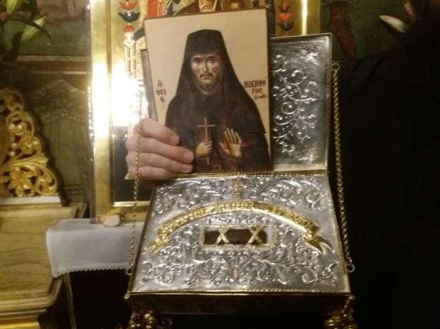 Moaște ale Sfântului Nichifor Leprosul au fost aduse astăzi, de ziua lui, la Mânăstirea Radu Vodă în București. Sute de oameni s-auînchinat